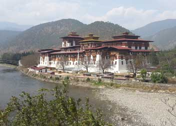 bhutan-tour-in-monastries